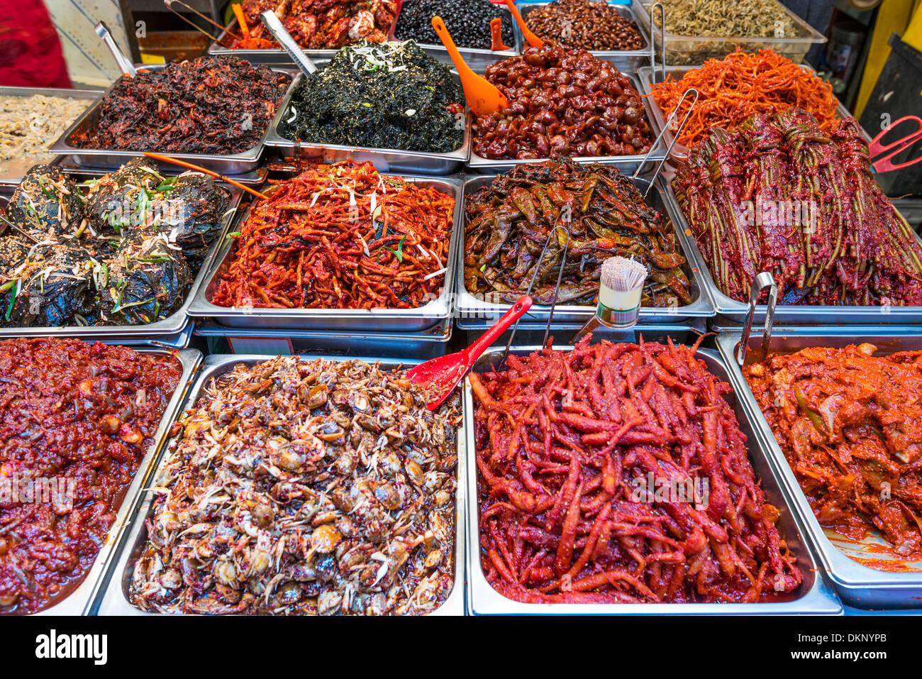 La nourriture sur l'affichage à Gwangjang à Séoul, Corée du Sud. Photo Stock