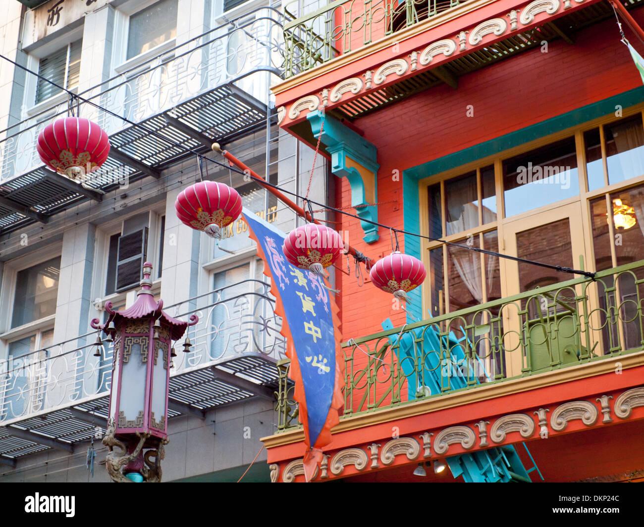Lanternes chinoises au-dessus de l'avenue Grant dans le Chinatown de San Francisco. Photo Stock
