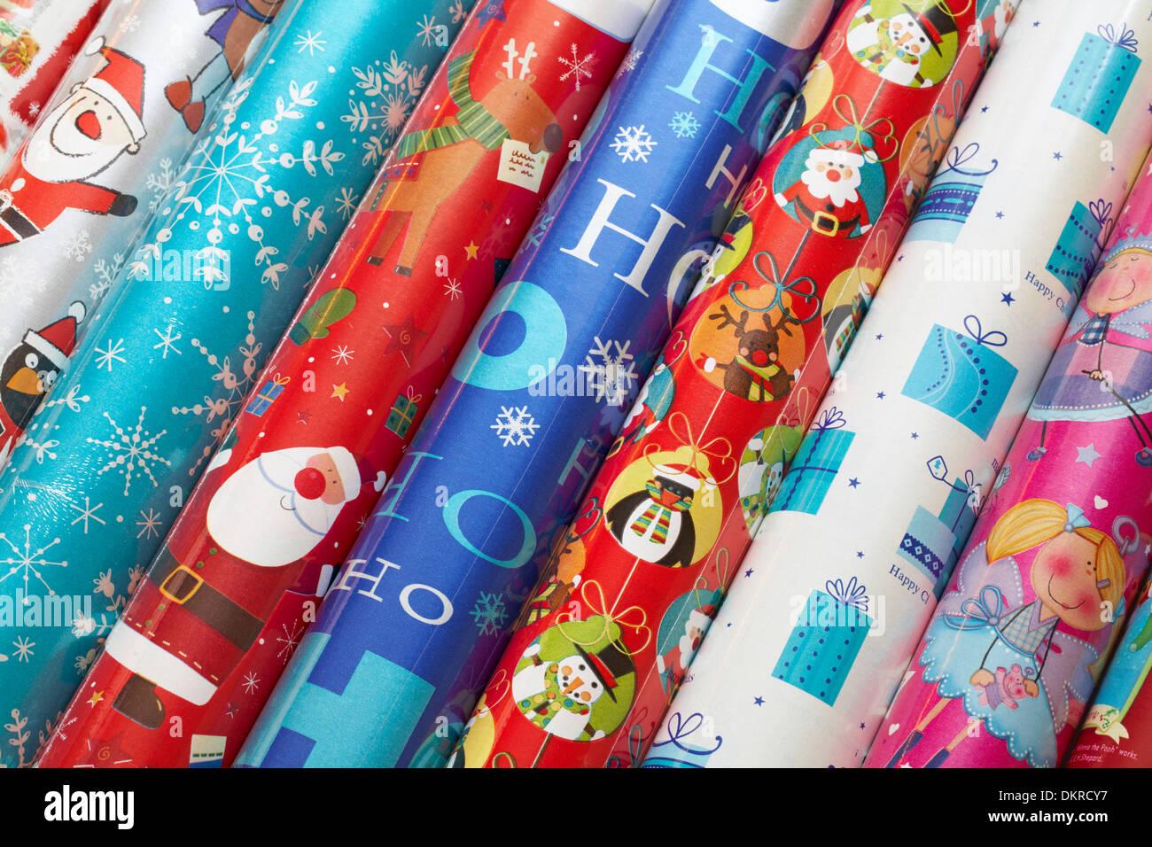 Rouleaux de papier d'emballage de Noël prêt pour l'emballage des cadeaux de Noël Photo Stock