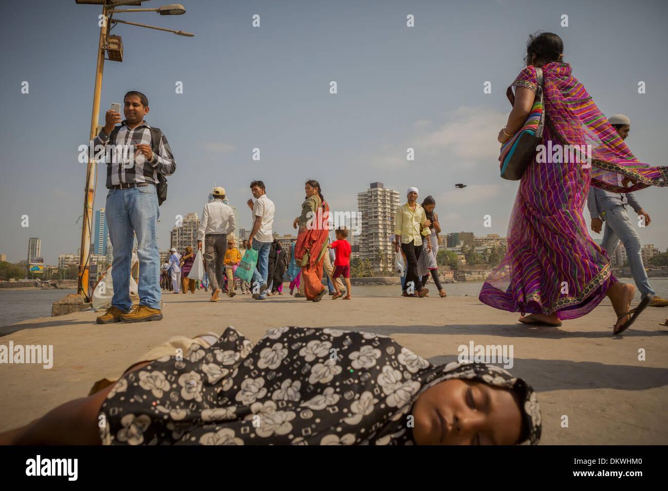 Mumbai (Bombay), Inde enfant dormant sur la rue Photo Stock