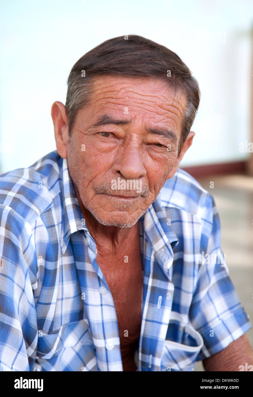 Homme d'âge moyen, de Cuba, de l'âge de 50 ans, la tête et épaules portrait, ville de Vinales, Cuba Caraïbes Photo Stock