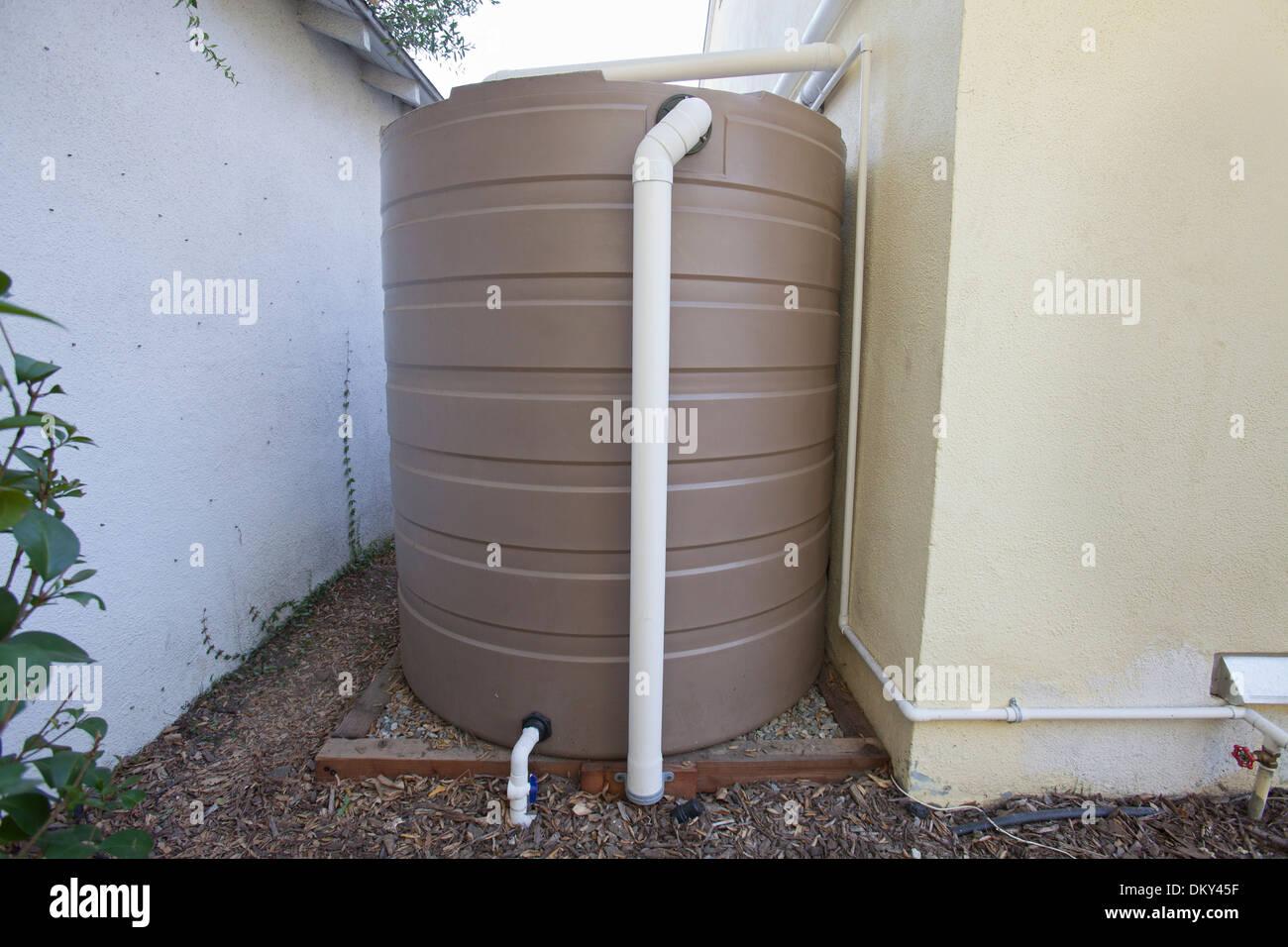 Système de collecte des eaux de pluie sur une maison verte qui est hors de la grille. Los Angeles, Californie, USA Photo Stock