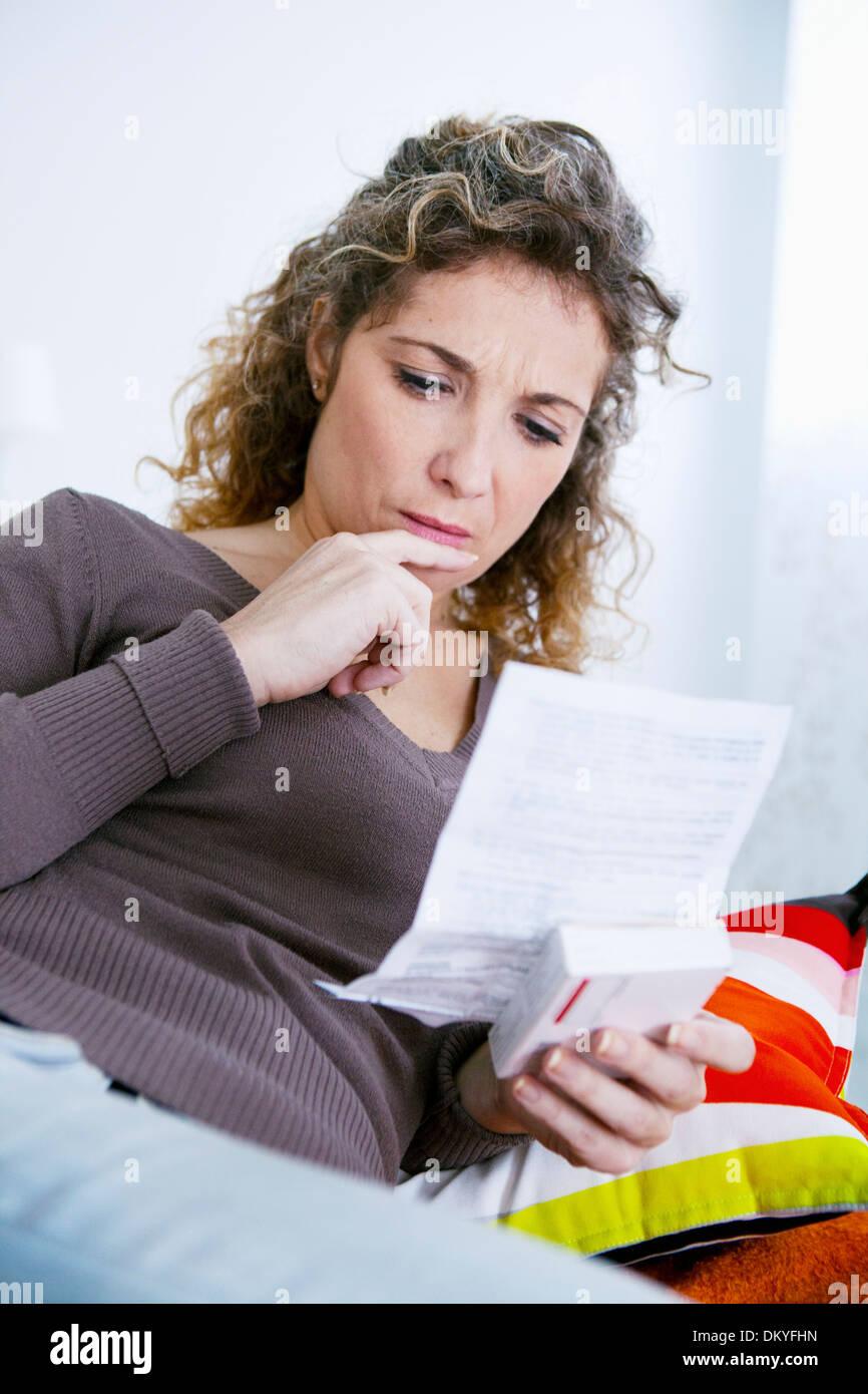 Femme de prendre des médicaments Photo Stock