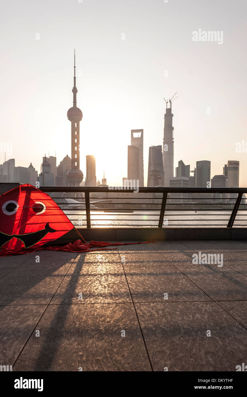 Kite au Bund, Waterfront, le lever du soleil, l'horizon de Pudong, Shanghai, Chine Photo Stock
