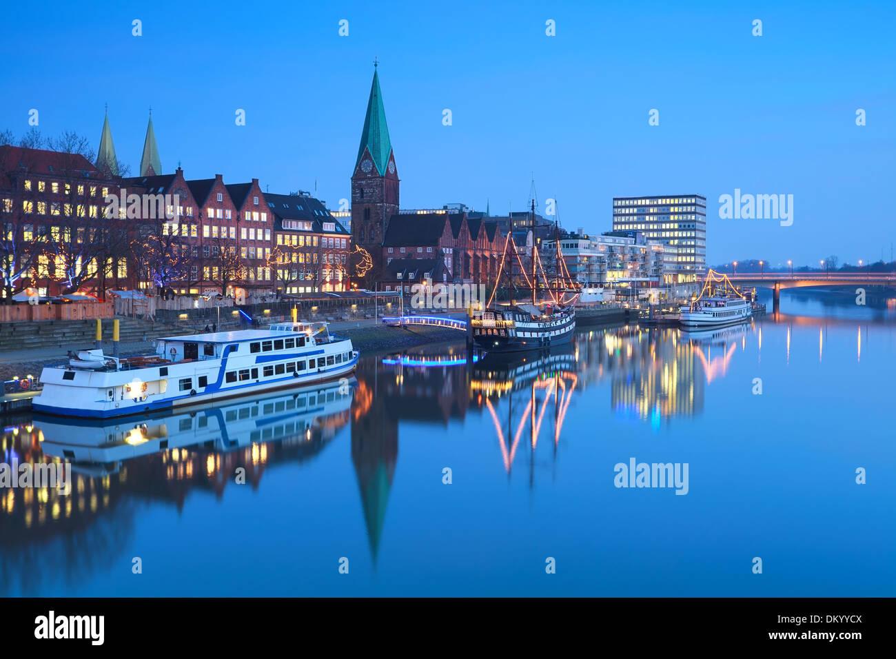 Rivière dans Beremn ville dans le crépuscule pendant Noël, Allemagne Photo Stock