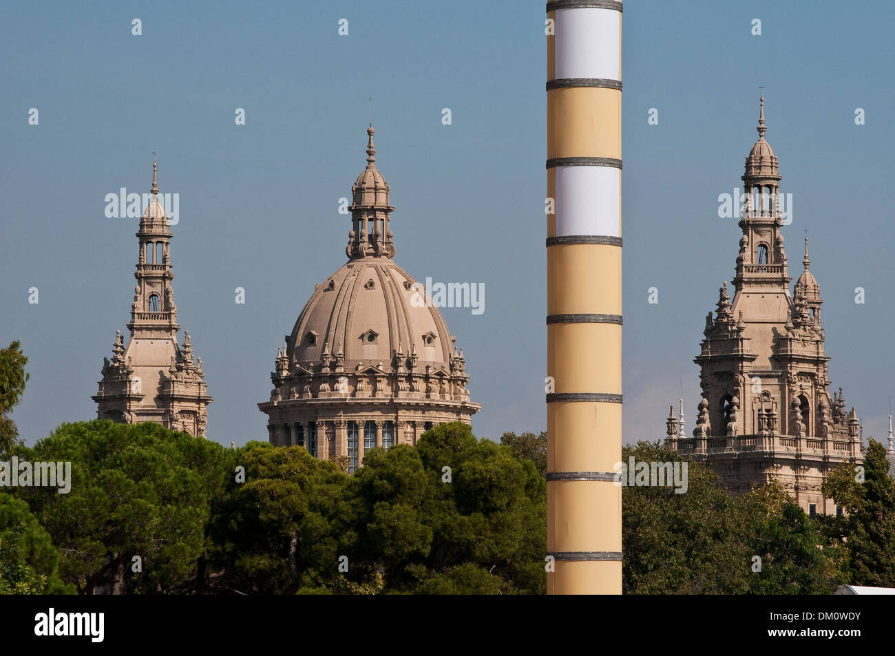 Musée national d'Art de Catalogne et la colonne Olympique, Montjuïc, Barcelone, Catalogne, Espagne Photo Stock