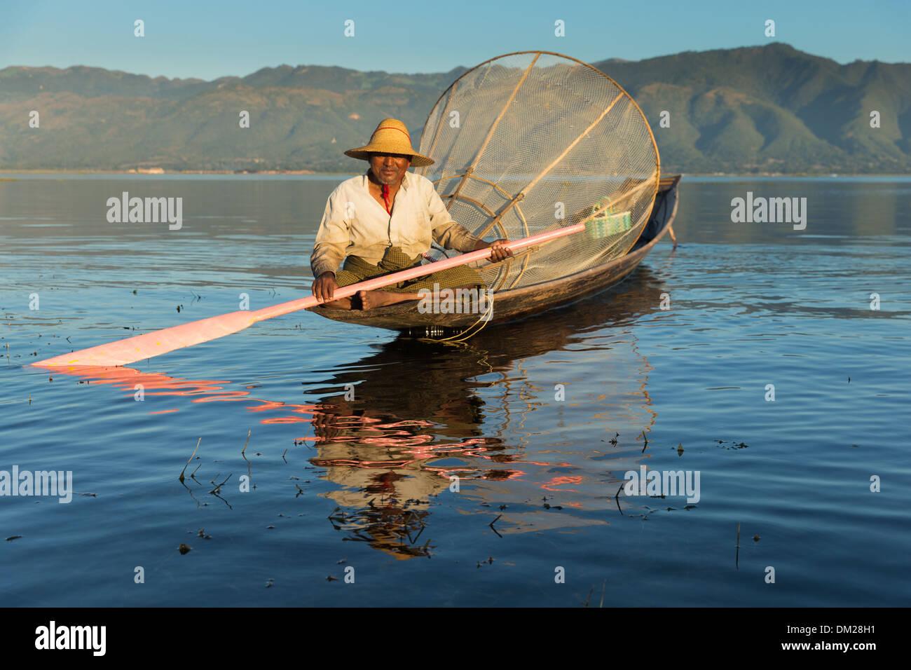 Un pêcheur sur le lac Inle, Myanmar (Birmanie) Photo Stock