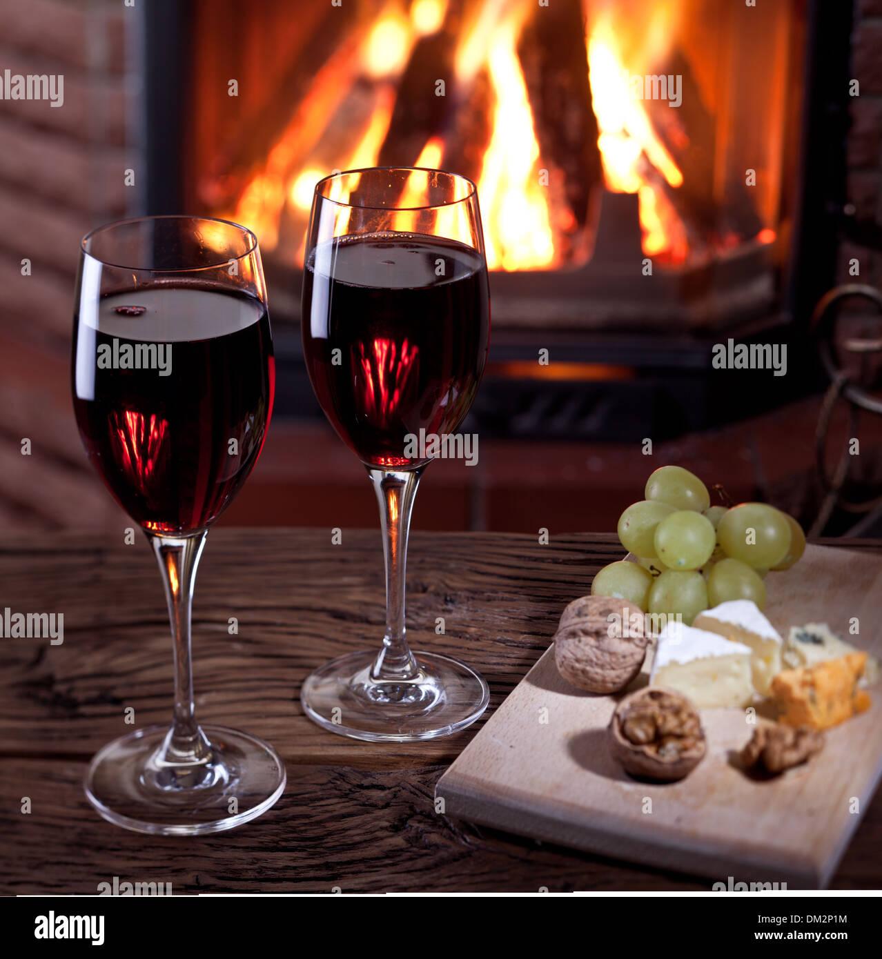 La Vie Encore Romantique Pres De La Cheminee Verres De Vin Fromage