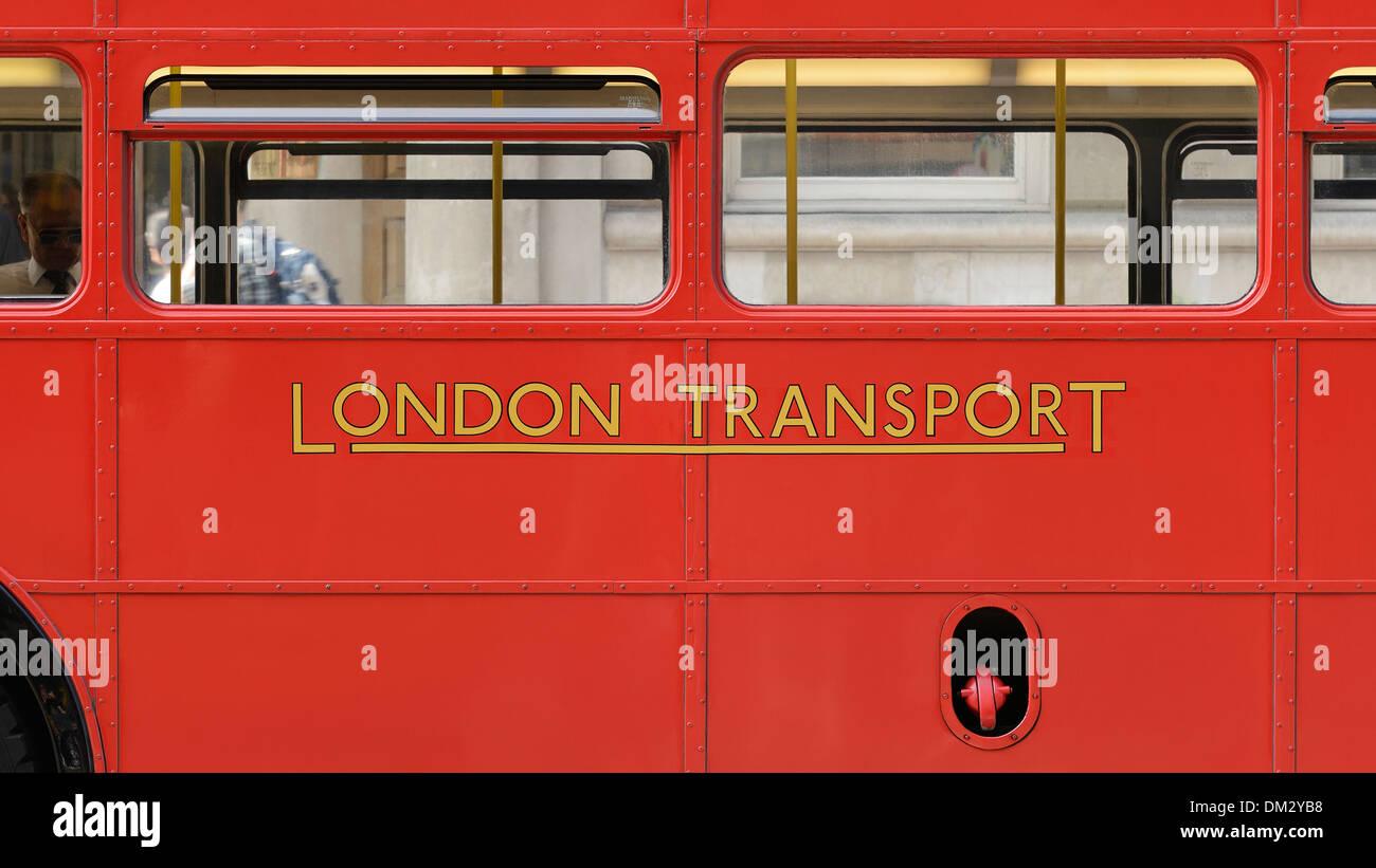 London Transport signe sur le côté d'un Bus à Impériale Routemaster, Londres, Royaume-Uni. Photo Stock