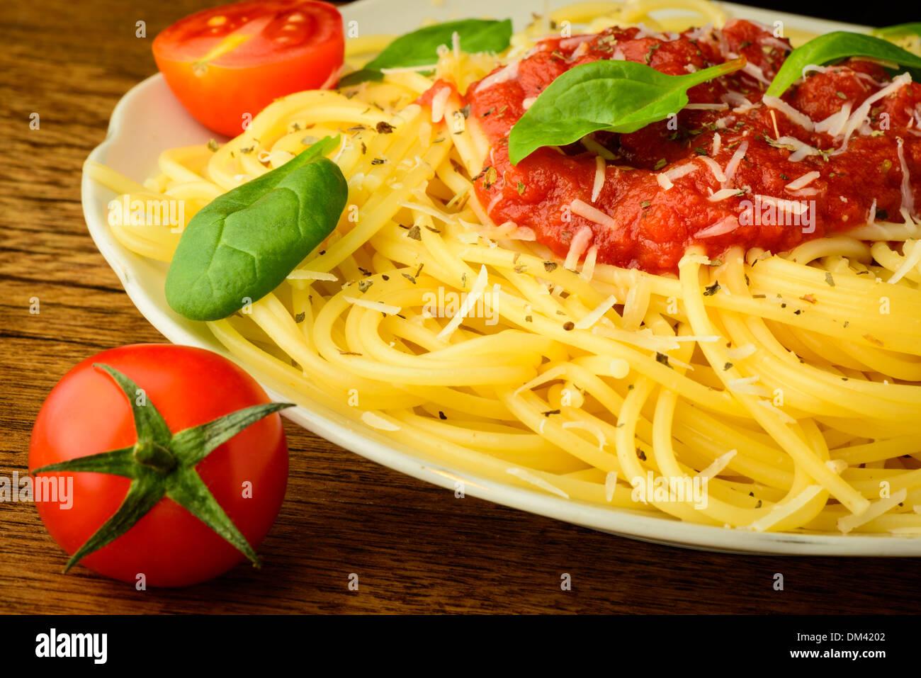 Spaghetti traditionnelles pâtes avec sauce tomate sur une plaque Photo Stock