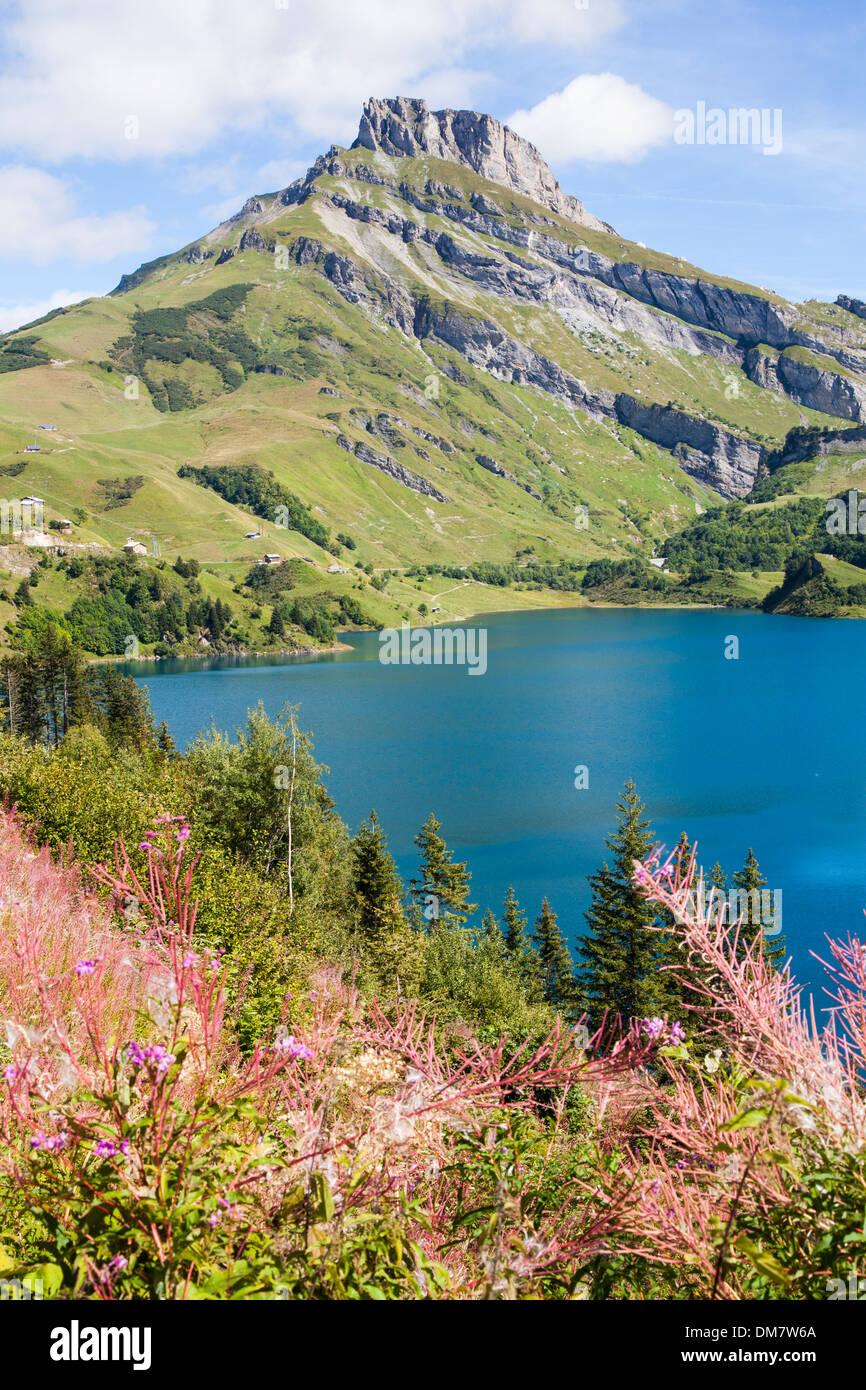 Bleu profond de l'eau dans le Lac de Roseland, Savoie, France. Photo Stock