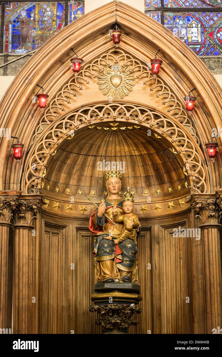 NOTRE-DAME DU PILIER, 16ème siècle STATUE POLYCHROME EN BOIS DE POIRIER, DONNÉ UNE COURONNE EN 1855 (appelée la Vierge Noire avant sa restauration), la cathédrale de Chartres, Eure-et-Loir (28), FRANCE Photo Stock