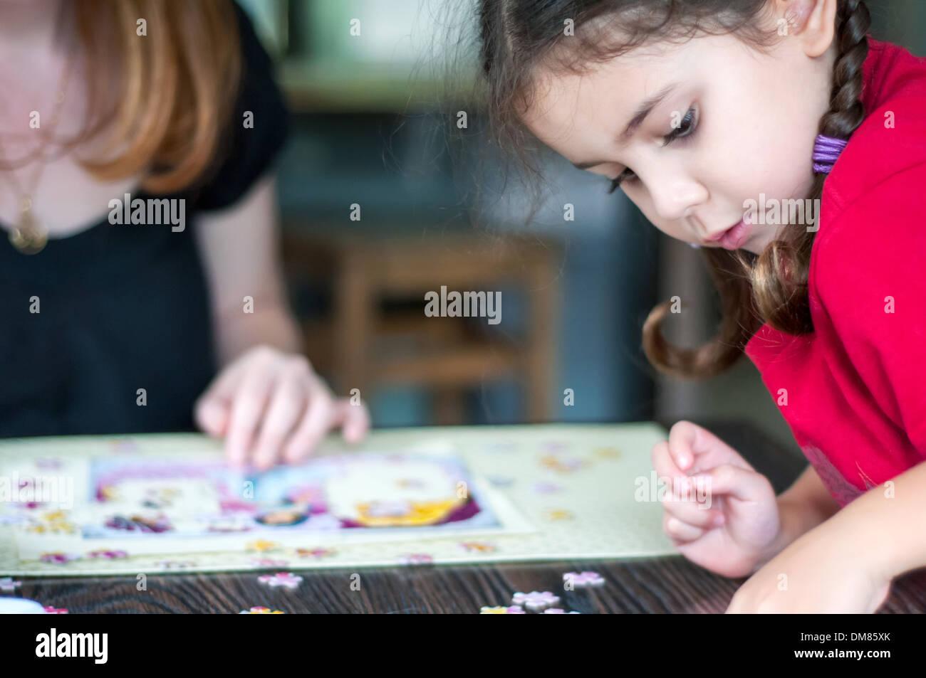 Adulte et enfant jouant puzzle Photo Stock