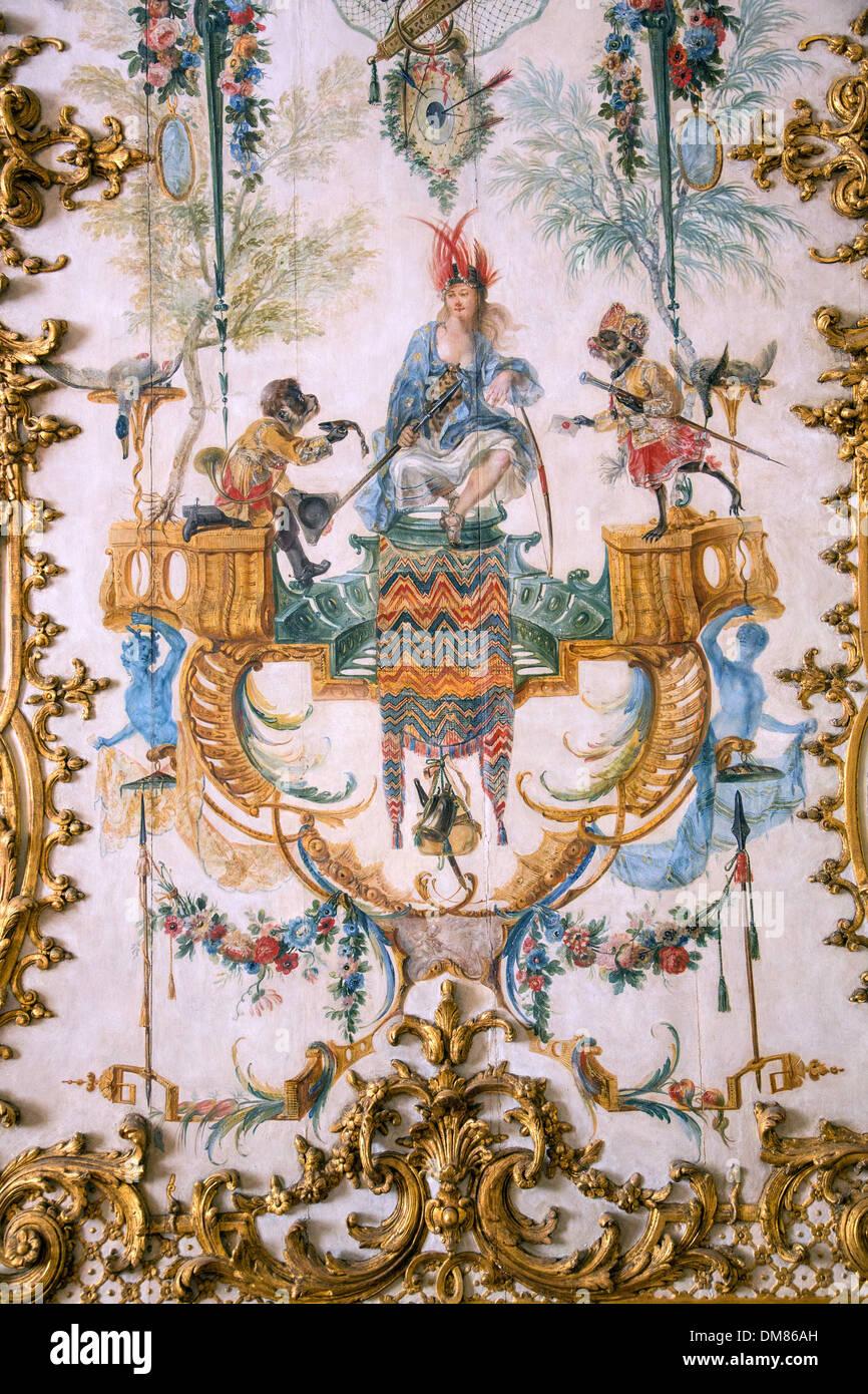 Les Singes AU SERVICE DE L'HOMME, LA CARICATURE DE LA NOBLESSE représenté dans leurs actes quotidiens, DÉTAIL DES BOISERIES PEINTS PAR CHRISTOPHE HUET EN 1737 DANS LA GRANDE SINGERIE, LES GRANDS APPARTEMENTS DU CHÂTEAU DE CHANTILLY, OISE (60), FRANCE Photo Stock