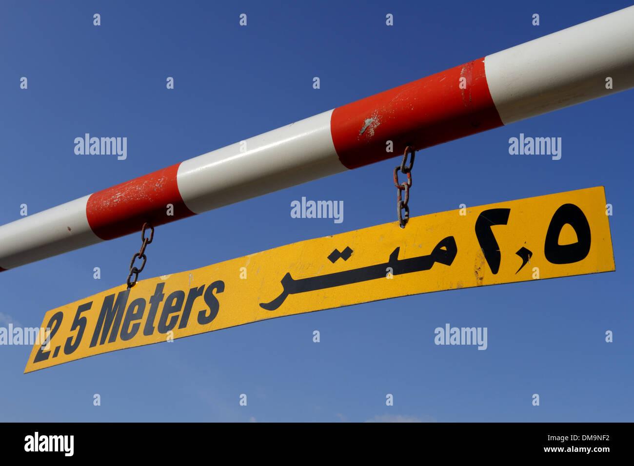 Hauteur maximale d'un panneau d'avertissement dans l'anglais et l'arabe contre un ciel bleu, Royaume de Bahreïn Photo Stock