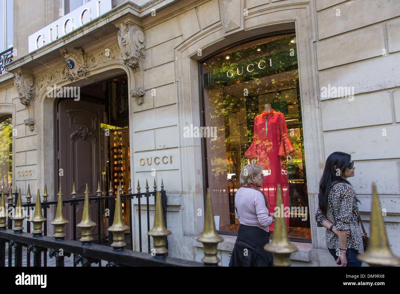 Les FEMMES EN FACE DE LA FENÊTRE D UNE BOUTIQUE GUCCI, avenue Montaigne, be05c0b7cd6