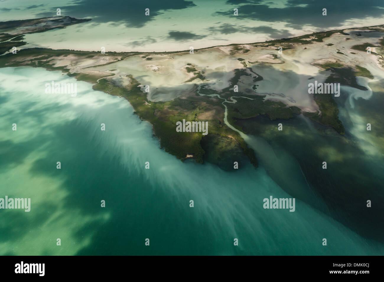 La vase et le ruissellement d'une île de l'océan avec stries et la pollution menacent le fragile écosystème du récif barrière de corail Photo Stock