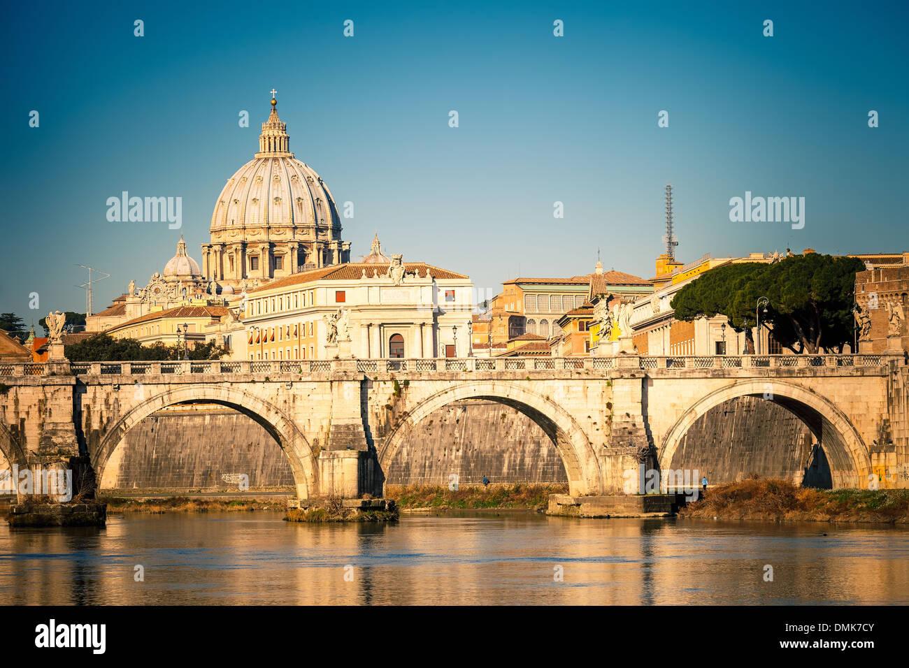 Tibre et la cathédrale Saint-Pierre, Rome Photo Stock