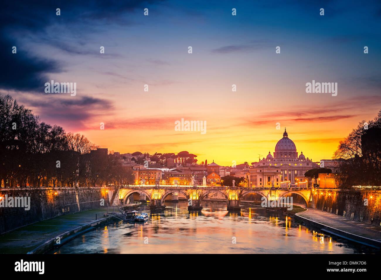 La cathédrale Saint-Pierre la nuit, Rome Photo Stock