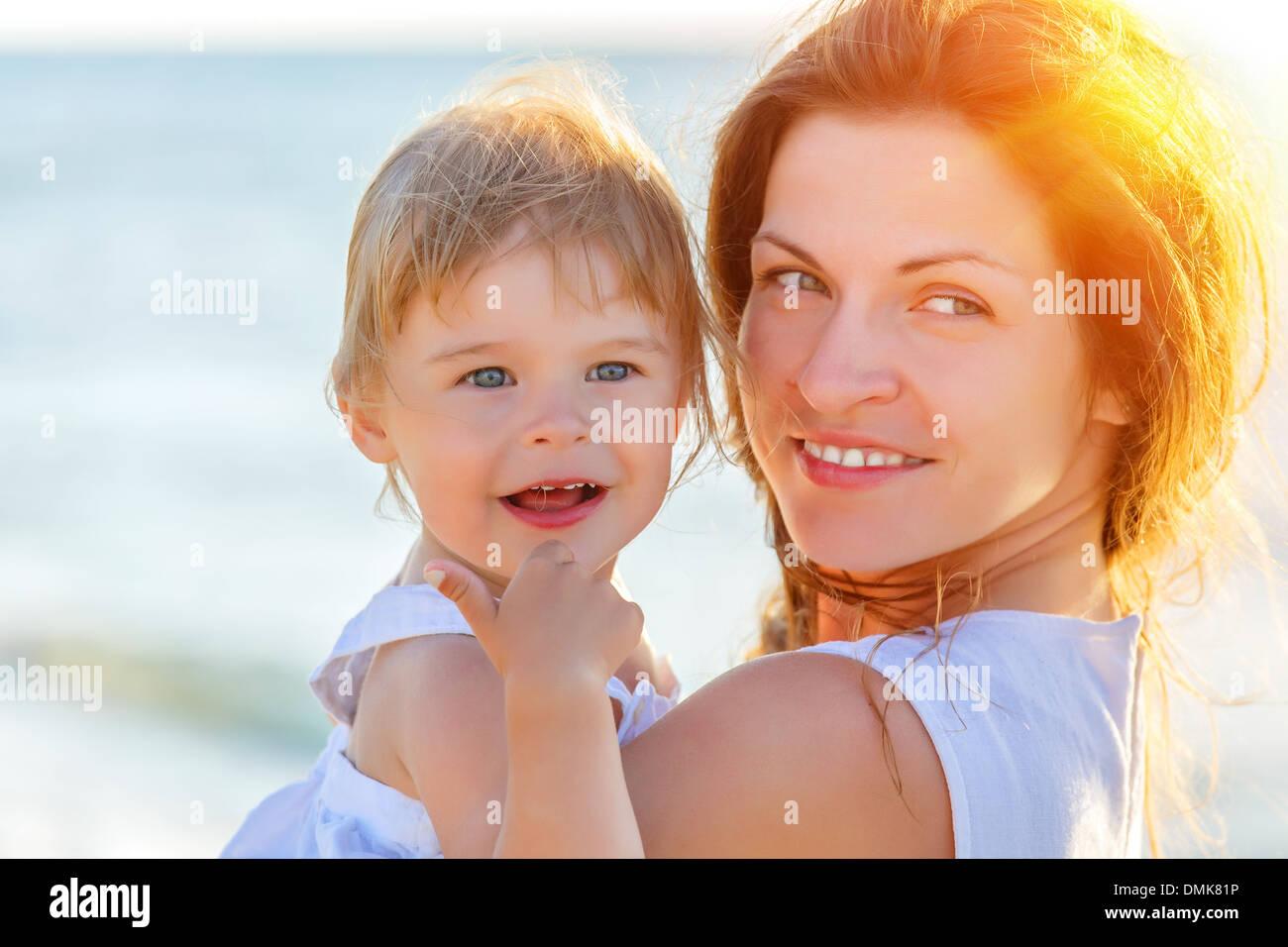 Mère et fille sur la plage Photo Stock