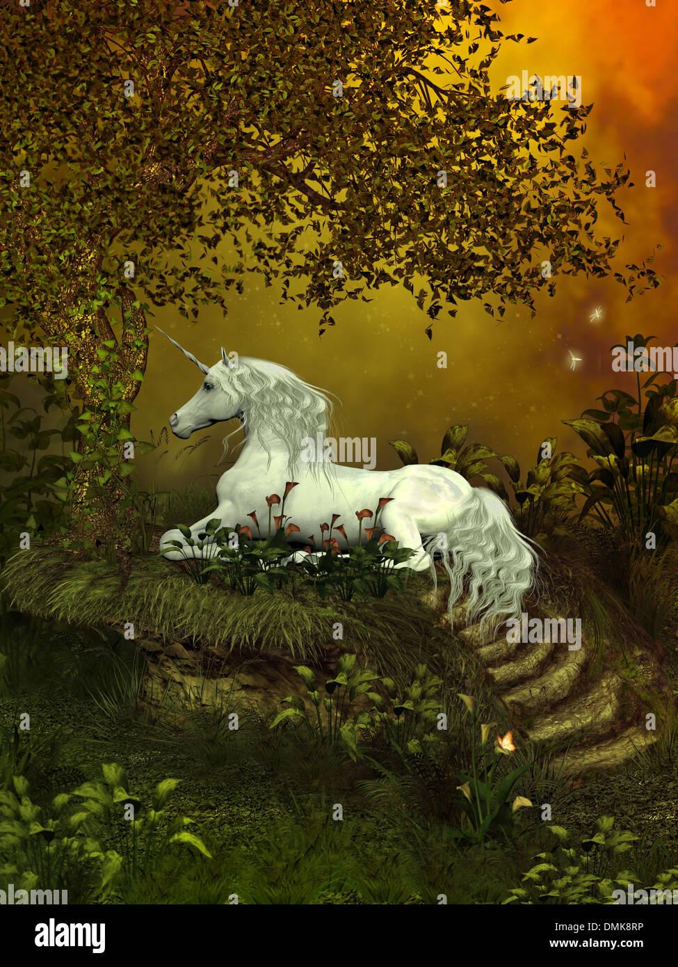 Un beau blanc licorne jette sous un arbre de la forêt pour se reposer parmi les fleurs. Photo Stock