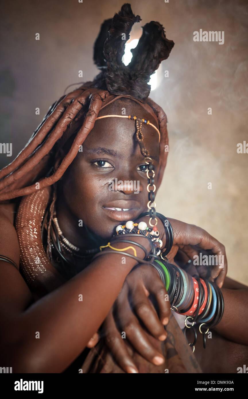 Jeune femme himba à l'intérieur de sa hutte, Kunene, Namibie, Afrique du Sud Banque D'Images