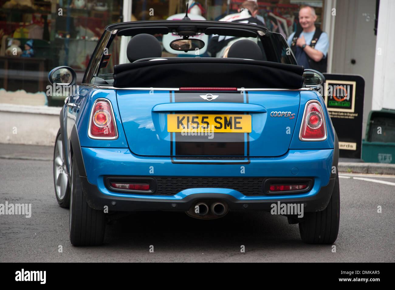 Kiss Me Invitation de la plaque d'immatriculation de voiture Drôle Photo Stock - Alamy