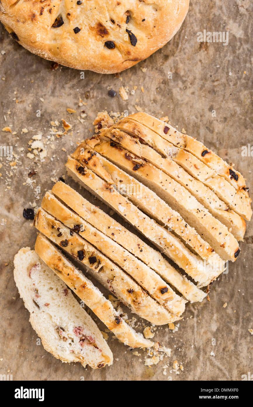 Selfmade fougasse aux oignons et bacon, studio shot Photo Stock