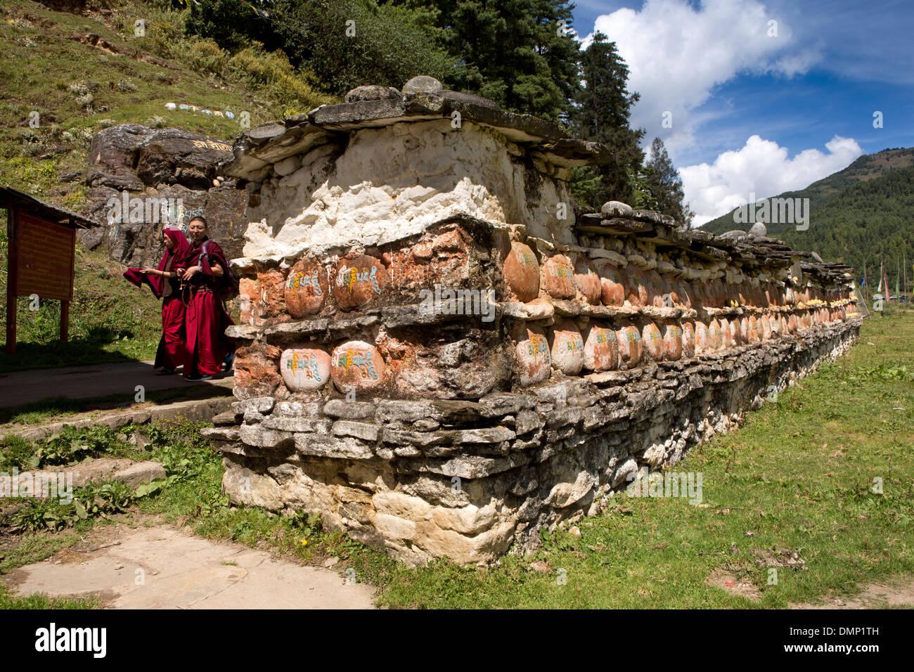 Le Bhoutan, la vallée de Bumthang, Kurjey Lhakang, monastère, les moines de mur mani Banque D'Images