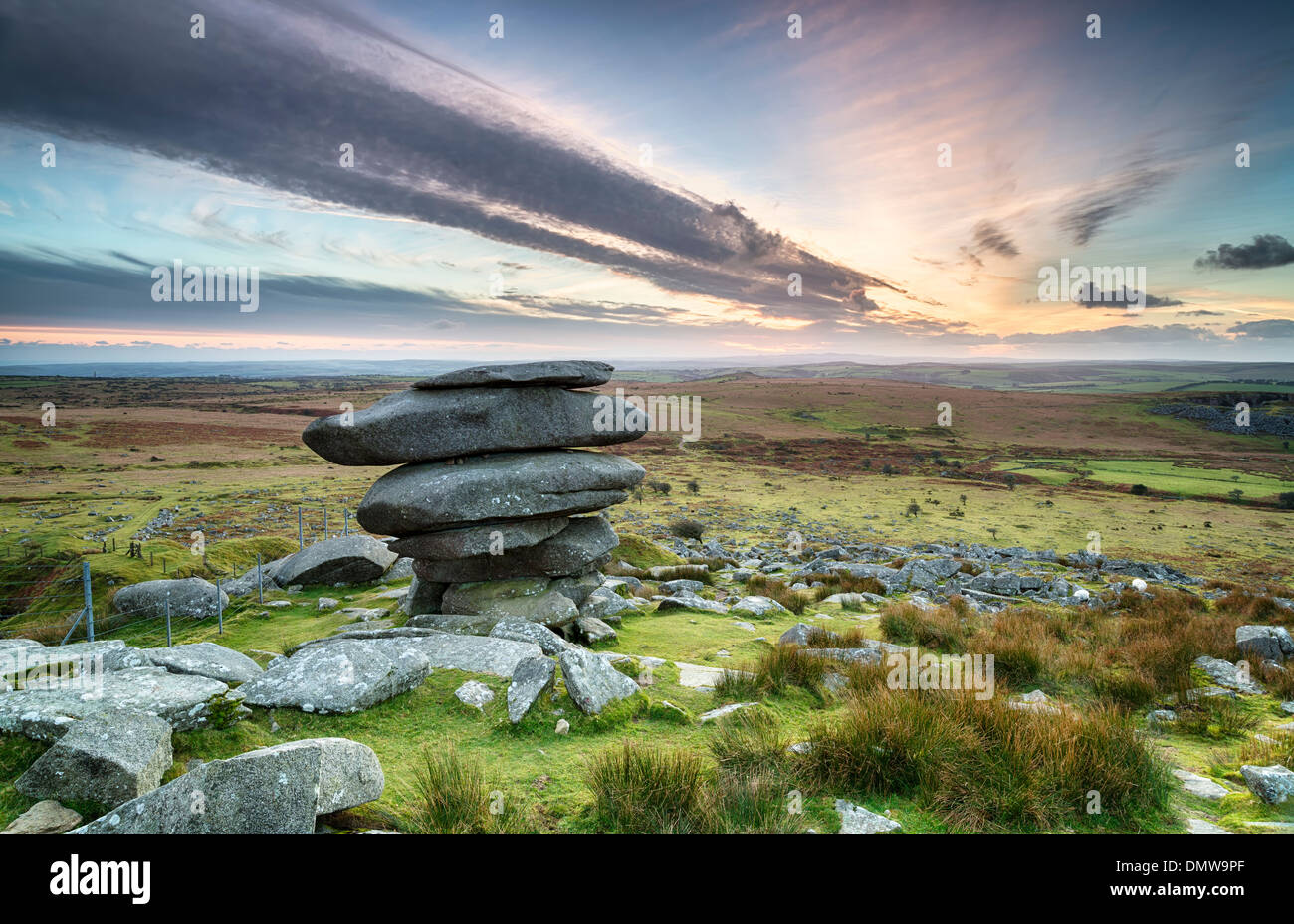 Coucher du soleil à l'Cheesewring sur Bodmin Moor en Cornouailles, une formation rocheuse naturelle composée d'un équilibre précaire granit Photo Stock