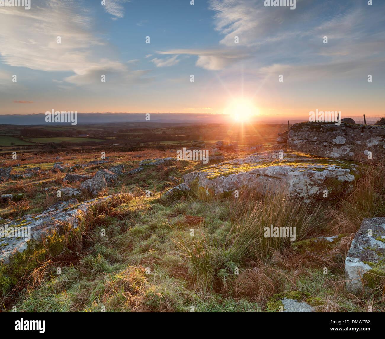 Coucher de soleil sur Carbilly Tor sur Bodmin Moor en Cornouailles Photo Stock