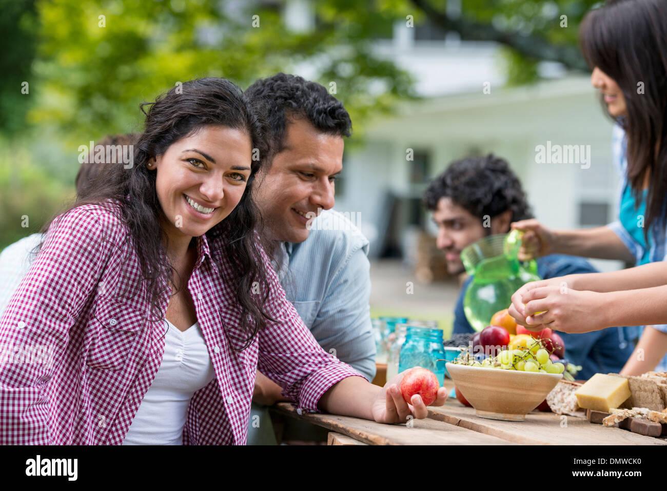 Une partie de l'été à l'extérieur. Les amis autour d'une table. Photo Stock
