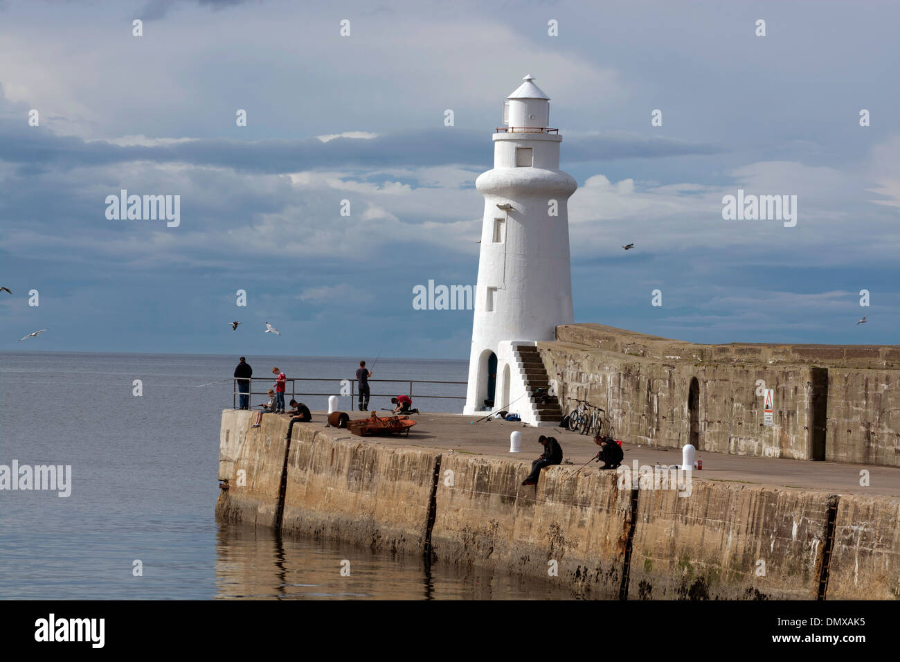 La pêche en mer phare macduff pier côte de Moray Photo Stock