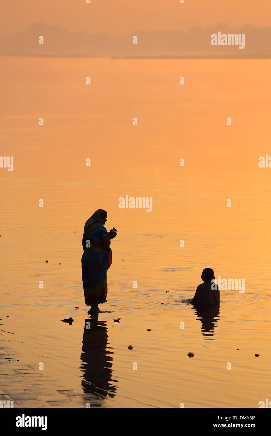 Les pèlerins d'adorer le soleil à la rivière Narmada Maheshwar Madhya Pradesh Inde Photo Stock