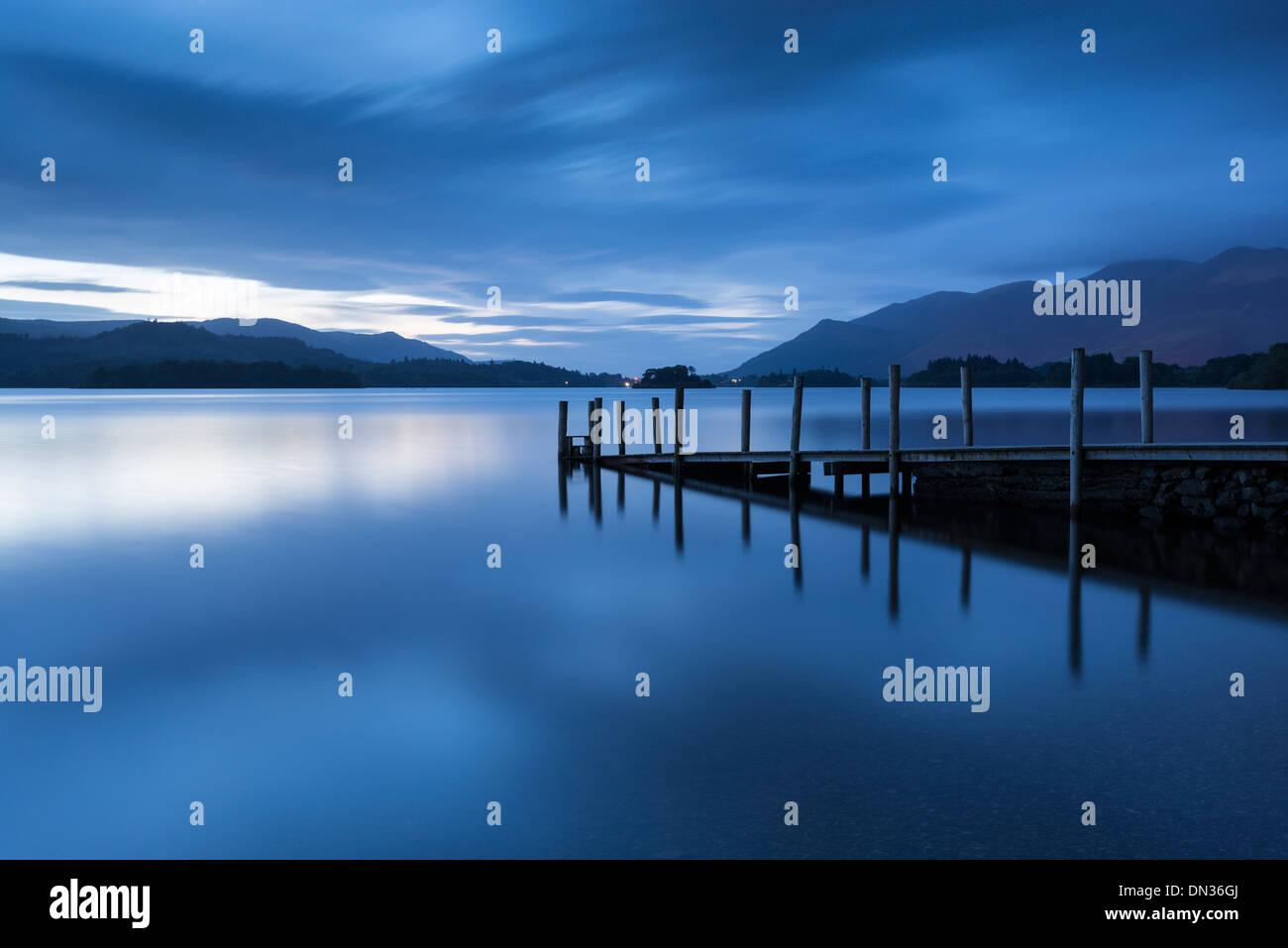 L'obscurité descend plus Ashness Jetty, Derwent Water, Lake District, Cumbria, Angleterre. L'automne (septembre) 2012. Photo Stock