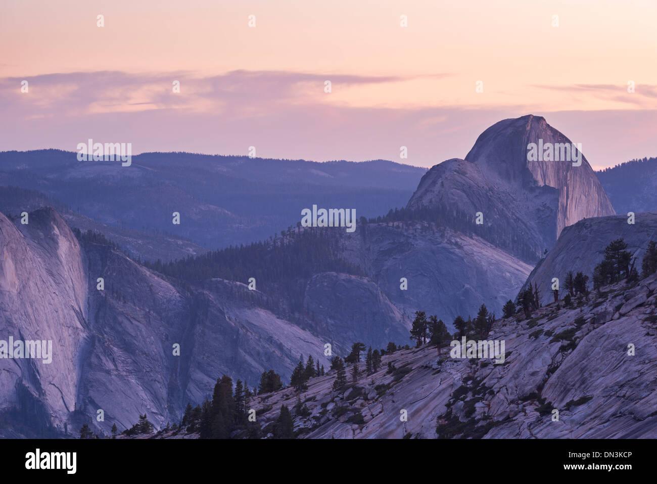 Crépuscule sur Demi Dôme, Yosemite National Park, California, USA. L'automne (octobre) 2013. Photo Stock
