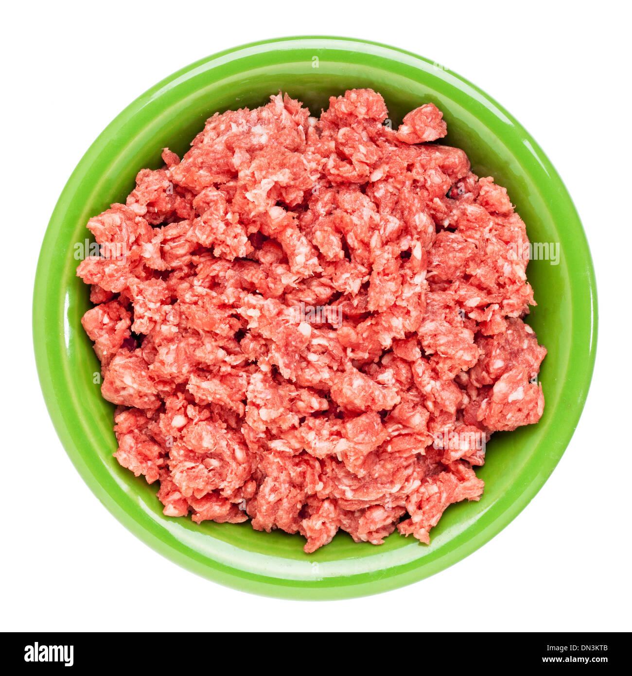 Faible taux de cholestérol, nourris d'herbe, de la viande de bison au sol en céramique bol isolated on white Photo Stock