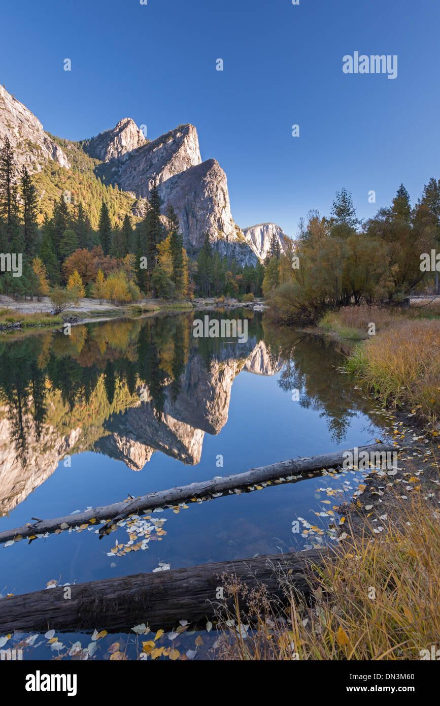 Les trois frères ont réfléchi dans la rivière Merced, Yosemite Valley, Californie, USA. L'automne (octobre) 2013. Photo Stock