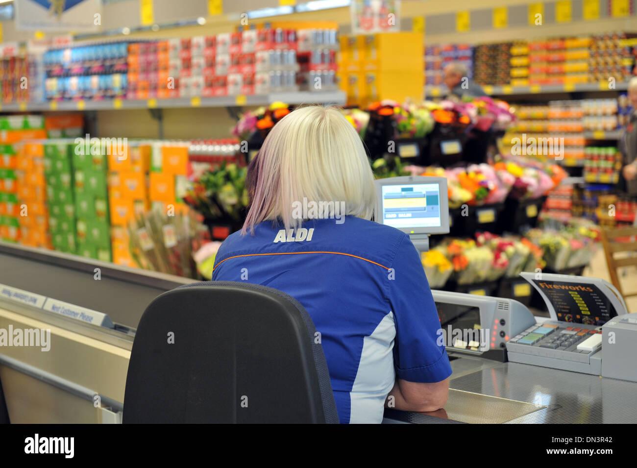 Commander le personnel du supermarché Aldi, Leeds UK Photo Stock