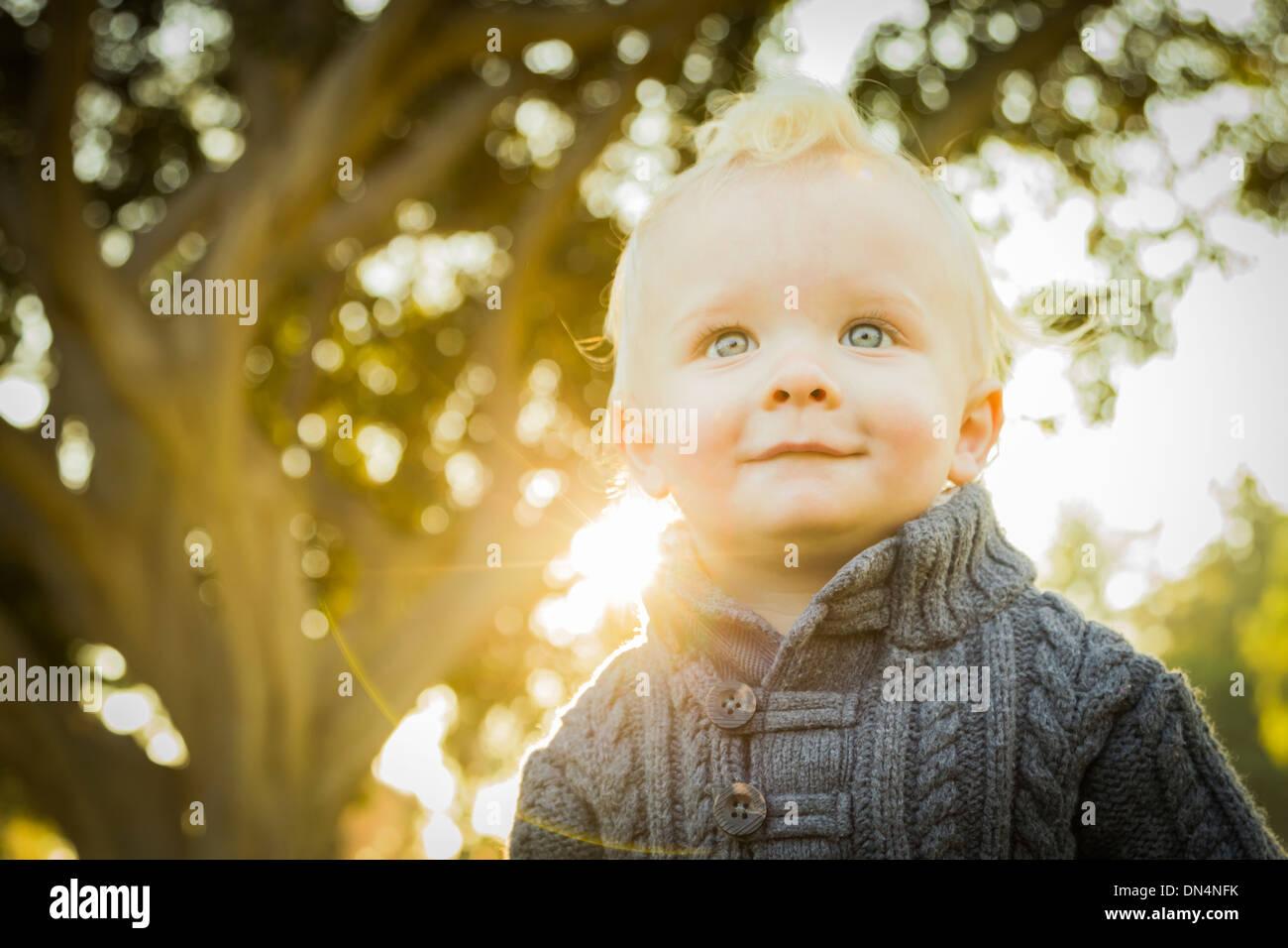 Adorable petit garçon blond bébé à l'extérieur dans le parc. Photo Stock