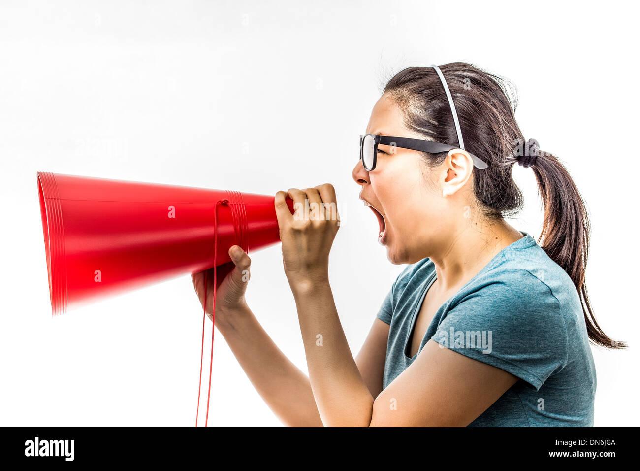 Asian woman yelling dans ampli Banque D'Images