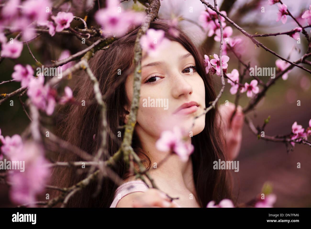 Fille aux fleurs de cerisier, portrait Photo Stock