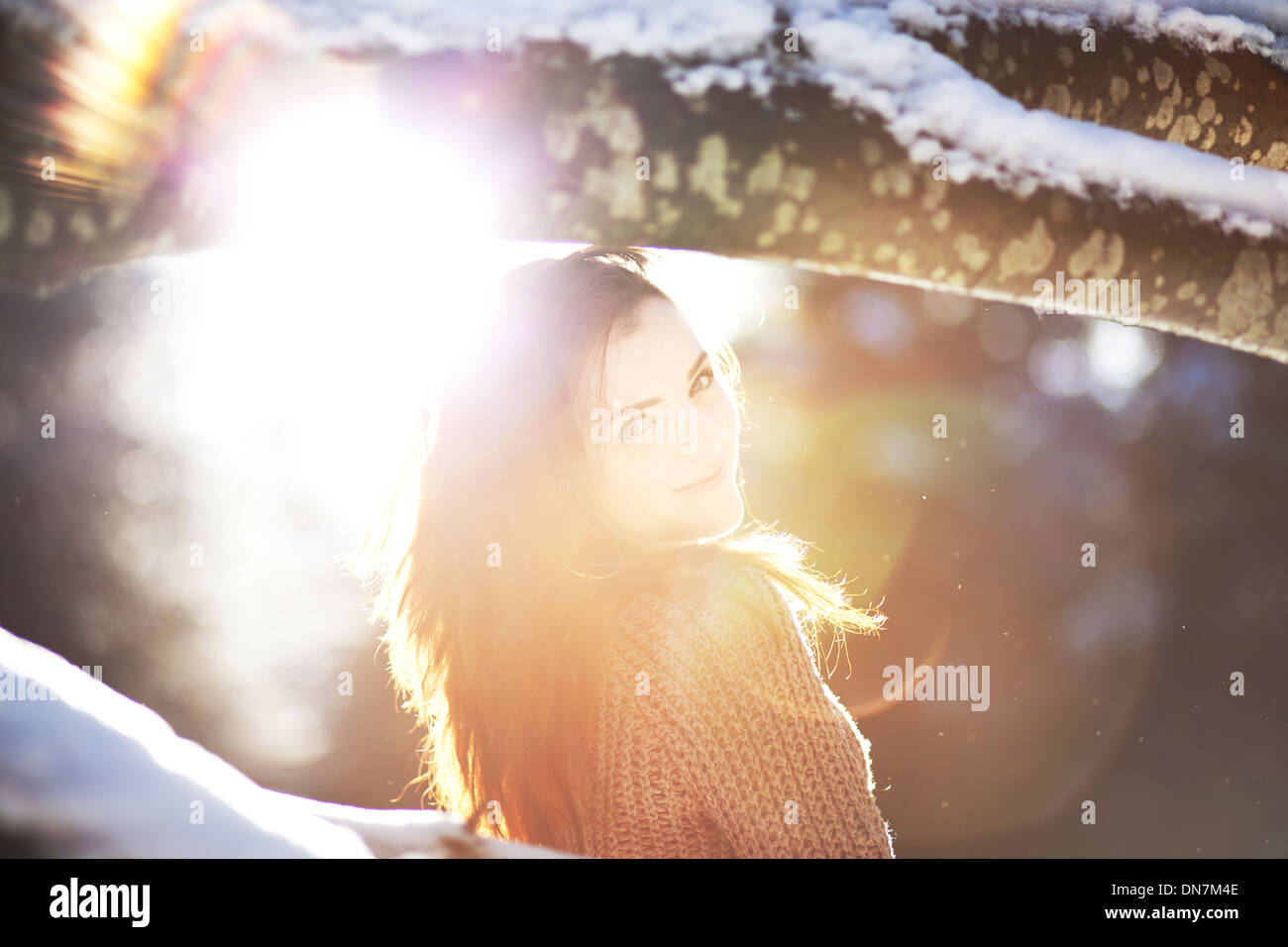 Portrait d'une jeune femme en rétro-éclairage Photo Stock