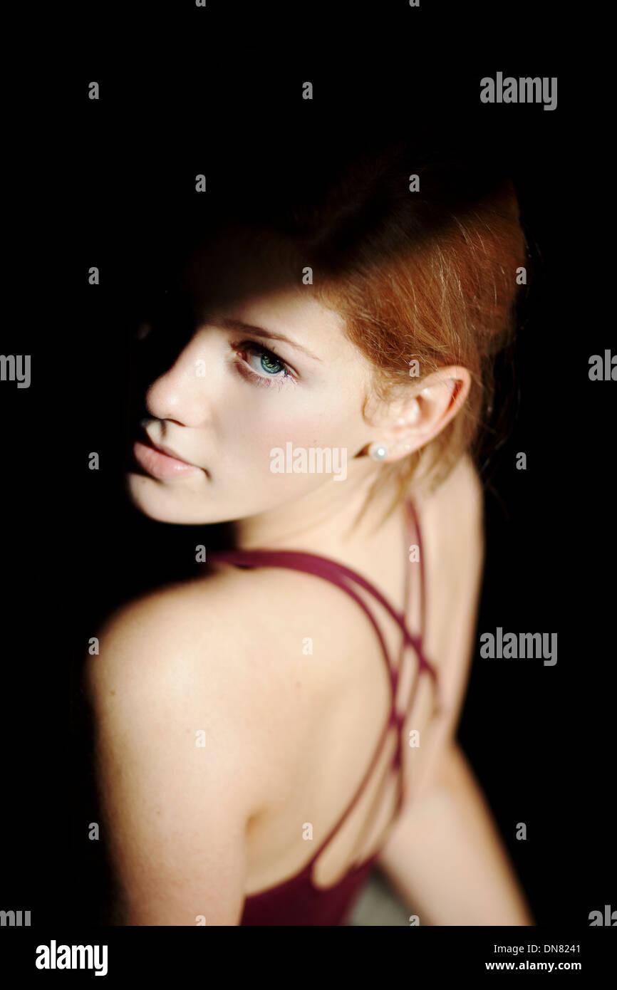 Portrait d'une jeune femme, ombre et lumière Photo Stock