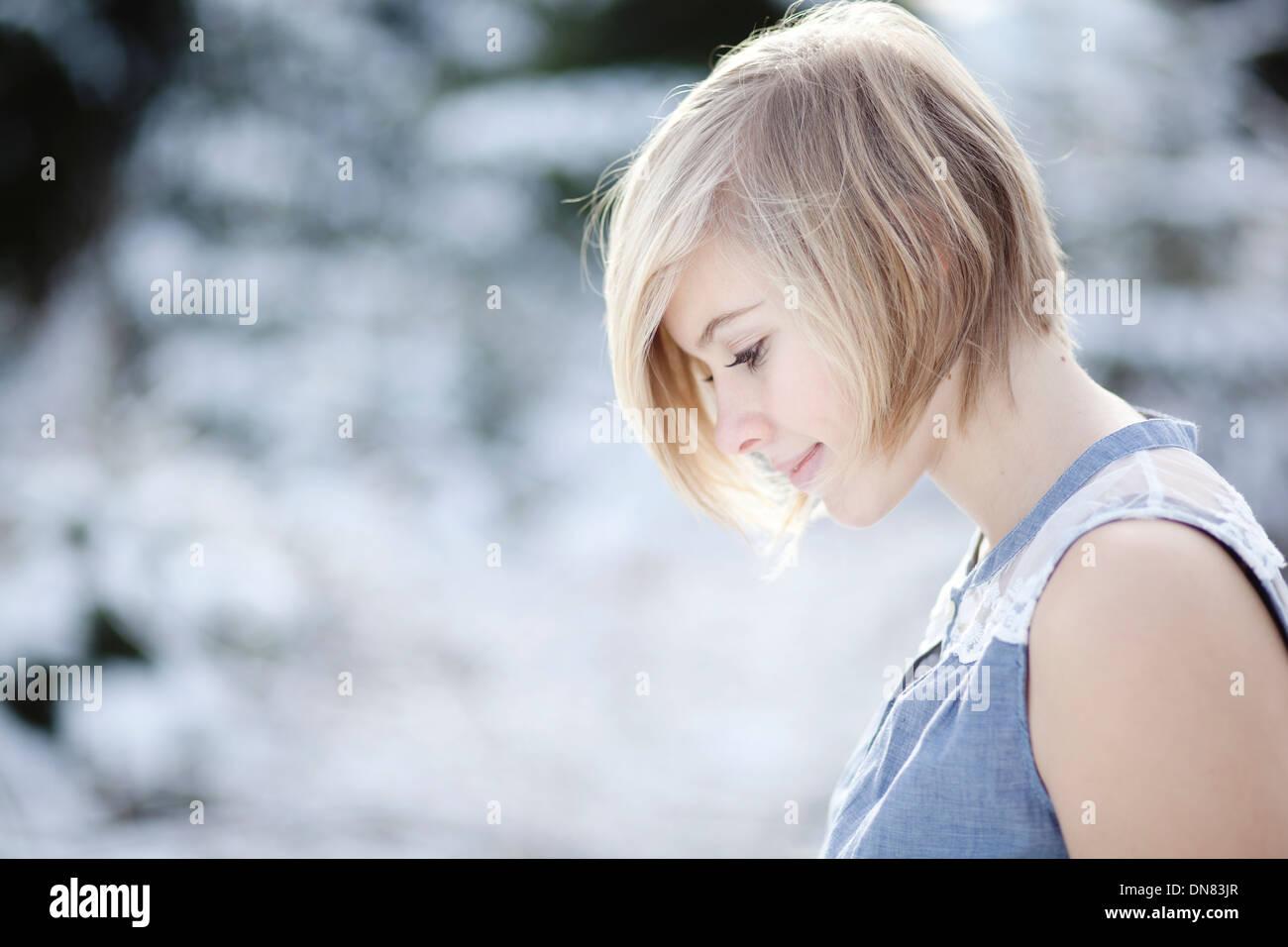 Portrait d'une jeune femme dans la neige Photo Stock