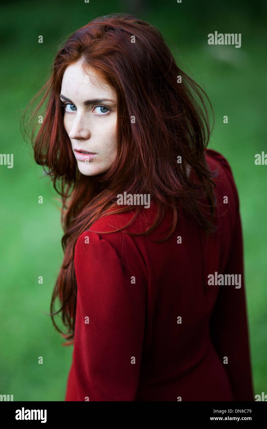 Jeune femme avec sérieux, portrait Photo Stock