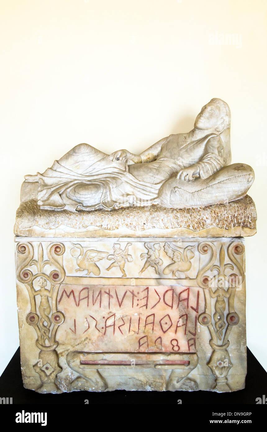 L'albâtre de l'urne. Couvercle: reclining figure masculine. Poitrine: Kline type en forme avec l'inscription mentionnant le défunt: 'Larce Tutnas (fils de) la(r)e [père] Sclafra [ nom]'. Chiusi, précédemment dans la première moitié palais Giulietti 3e BC centyry Musées du Vatican - Rome, Italie Photo Stock