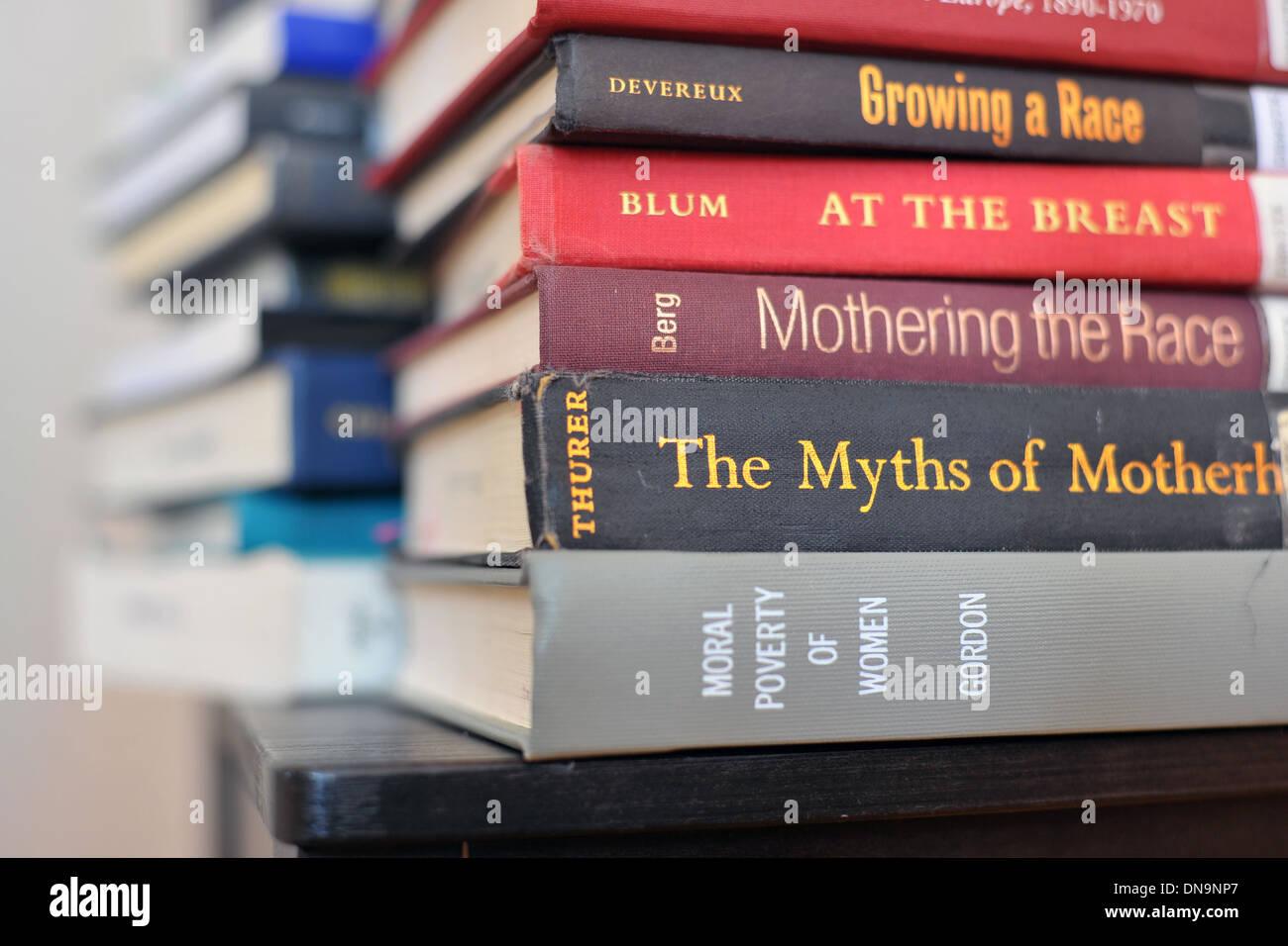 Une pile de livres académiques sur les soins maternels et la race. Photo Stock