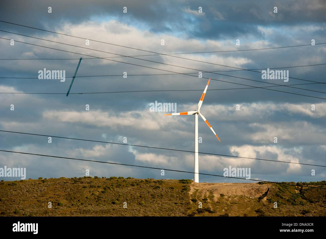 L'énergie éolienne et des lignes électriques, près de Punta Arenas, Chili Photo Stock