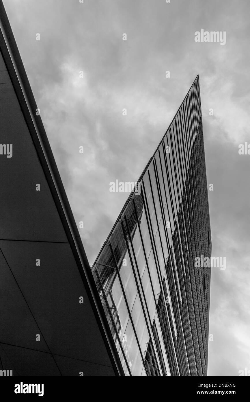 Immeuble de bureaux de grande hauteur à un angle pointu photographié en monochrome Banque D'Images